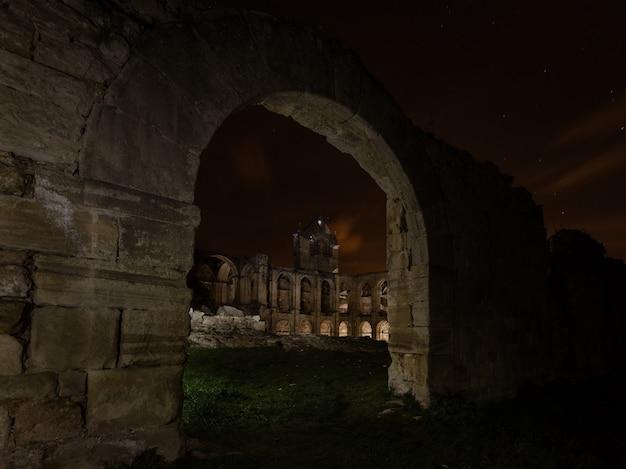 Ночная съемка в руинах монастыря санта-мария-де-риосеко, Premium Фотографии
