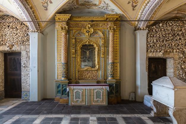 カペラドスオッソス(骨のチャペル)、聖フランシスコ教会。その名前は、内壁が人間の頭蓋骨と骨で覆われ、装飾されていることから付けられました。 Premium写真