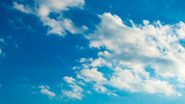 かわいい白い雲と青い空 無料写真