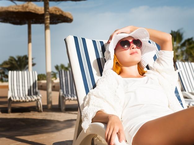 Молодая женщина, наслаждаясь солнцем Бесплатные Фотографии