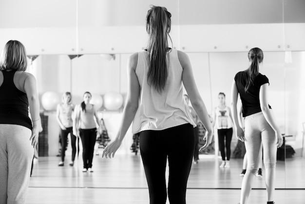黒と白の女性のためのダンスクラス 無料写真