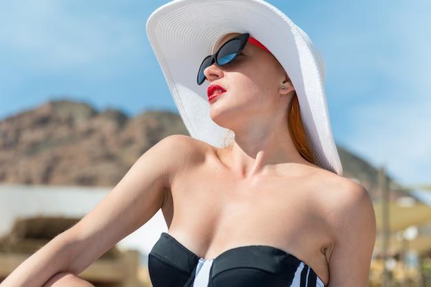 プールの近くの美しい女性 Premium写真