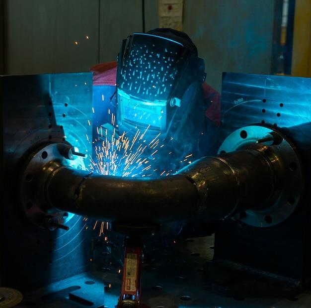 スチールで作業する溶接機 無料写真