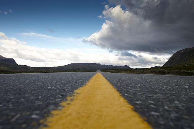Желтая линия на дороге Premium Фотографии
