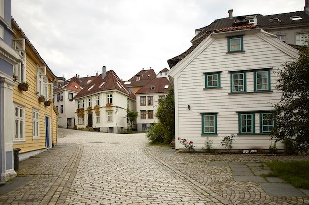 Пустая улица с традиционной архитектурой Premium Фотографии