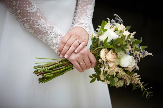 Руки женщины, держащей букет цветов Premium Фотографии