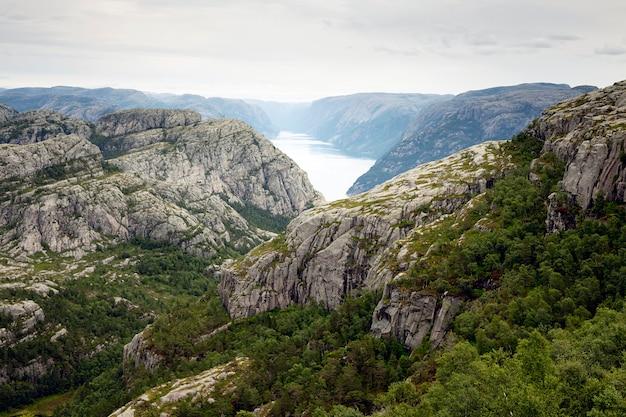 Вид на фьорд с утесами и водой Premium Фотографии