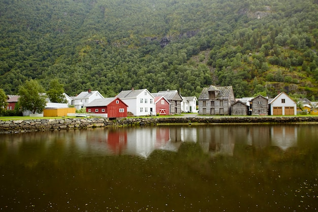 Традиционные старые деревянные дома у фьорда Premium Фотографии