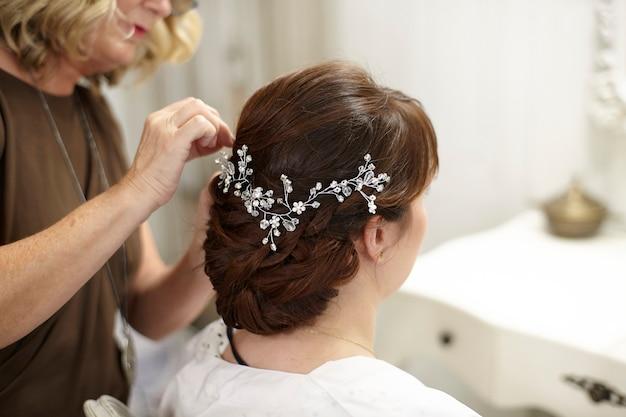 Женщина в парикмахерской Premium Фотографии
