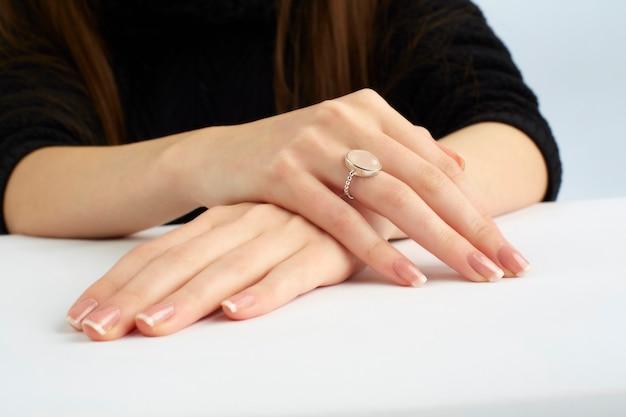 Женские руки с кольцом и маникюром Premium Фотографии