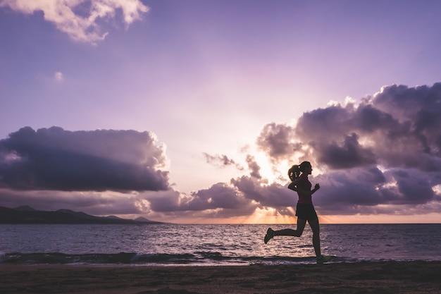 Молодая женщина работает на пляже Premium Фотографии
