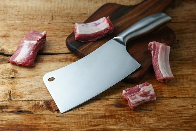 Нож для ножниц и ребра на деревянной доске Бесплатные Фотографии