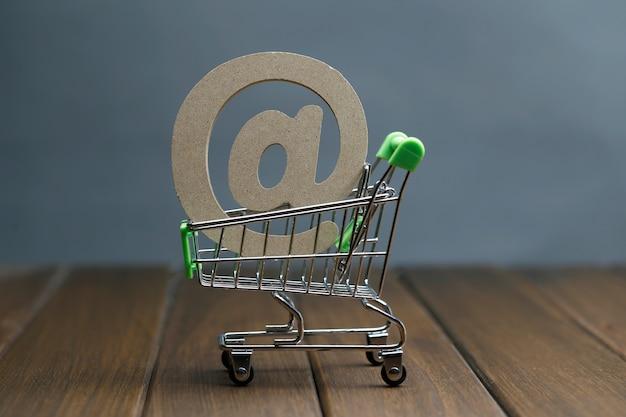 木製シンボル@ショッピングカート、オンラインショッピングコンセプト 無料写真
