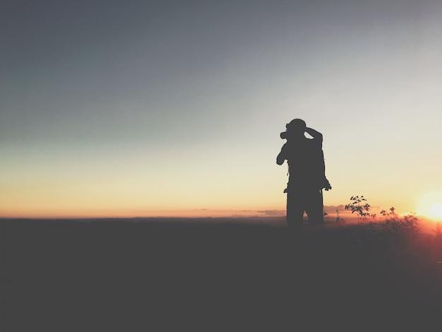山の中のシルエットの男 無料写真