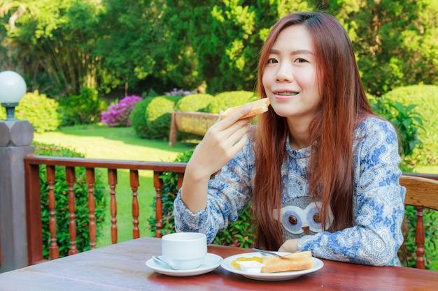 Подросток завтракает Бесплатные Фотографии