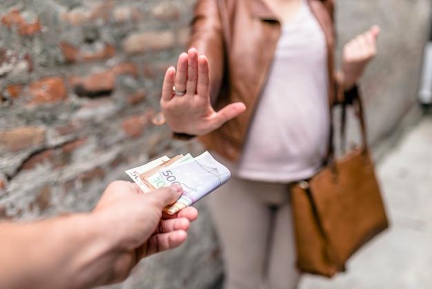 Мужчины платят за секс