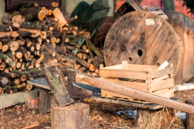 強いジャガイモの木材を切り刻み、チップが飛び散る。斧、ハチェット、斧。ログを斧で分割する。バックカントリーの樺木。木の壁紙 無料写真
