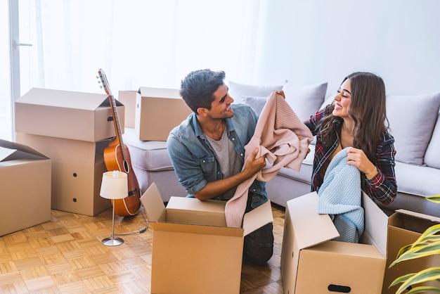家、人々、引っ越しおよび不動産の概念 Premium写真