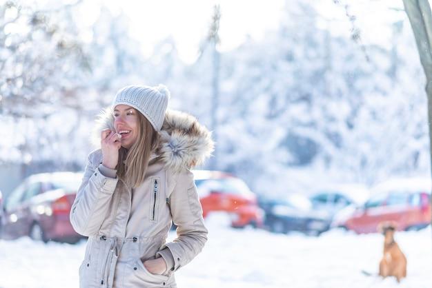 冬にリップクリームを適用すること幸せな女の肖像 Premium写真