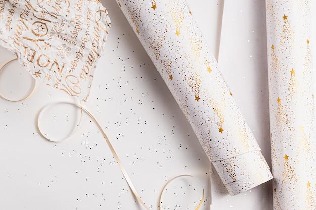 ギフト包装。クリスマスのお祝い包装紙。白、金、銀のお祭り色。連休シーズン。手作りギフトボックスパッキング。 Premium写真