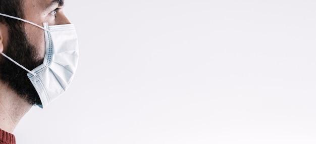 Вид спереди больного взрослого в больнице, носить защитную маску для защиты от воздушного заболевания. концепция коронавирусного карантина. Premium Фотографии