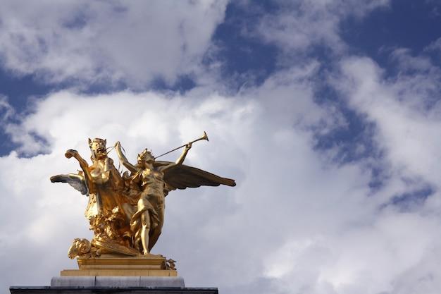 パリのグランドパレの像 無料写真