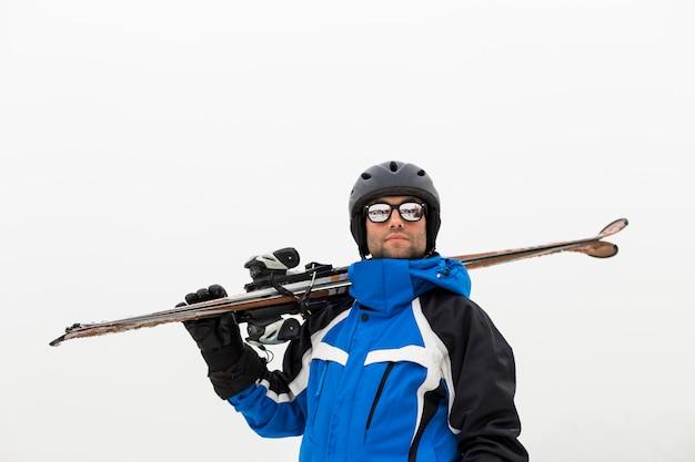 山の上にハンサムなスキーヤーの男。霧。冬のシーズン。スポーツと健康的なライフスタイル Premium写真