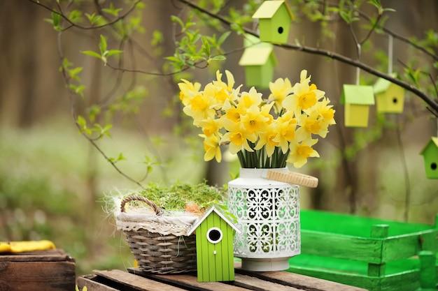 Пасхальные украшения с весенними цветами, цветет нарцисс. пасхальное воскресенье Premium Фотографии