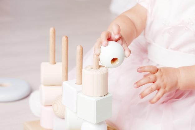 Ребенок играет с сортировщиком деревянных игрушек Premium Фотографии
