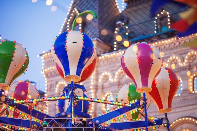 赤の広場のクリスマスカルーセル。新年のお祝いと妖精。装飾された都市。モスクワのクリスマス休暇。 Premium写真
