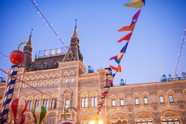 ロシアのモスクワの赤の広場のクリスマスの妖精。クリスマスのお祝いと装飾。新年。装飾された都市。 Premium写真