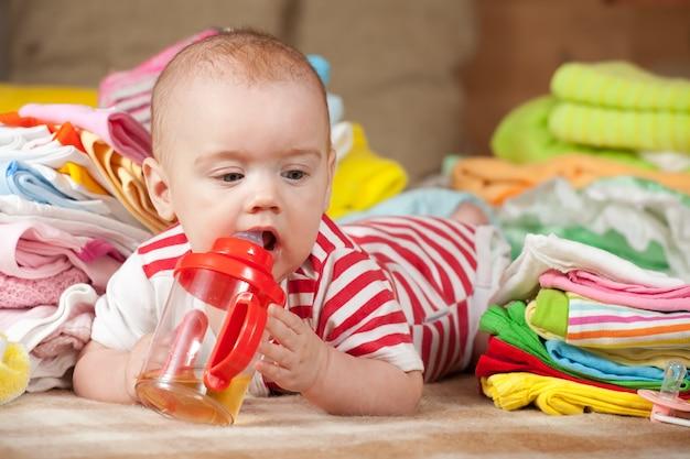 赤ん坊の女の子と赤ちゃんのもの 無料写真