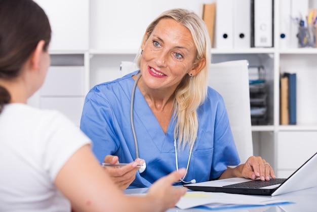 女性の医者は、患者の苦情を聞いて 無料写真