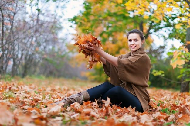 幸せな女の子が母親を投げる 無料写真