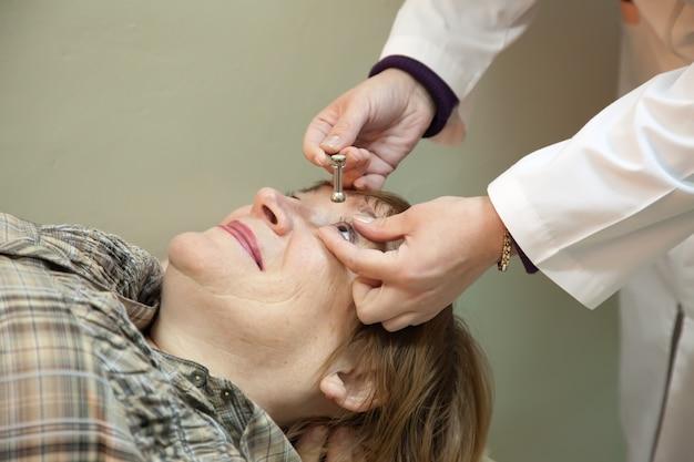 Офтальмолог измеряет напряжение глаз Бесплатные Фотографии