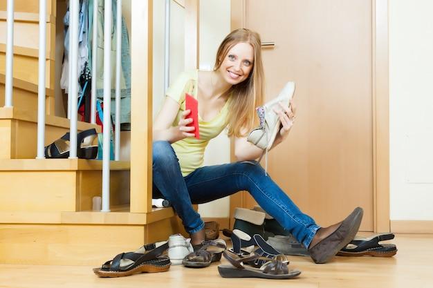幸せな女性の靴をクリーニング 無料写真