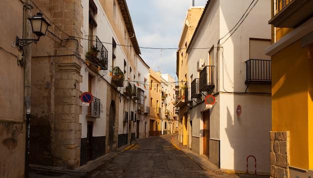 Узкая улица испанского города. сагунт Бесплатные Фотографии