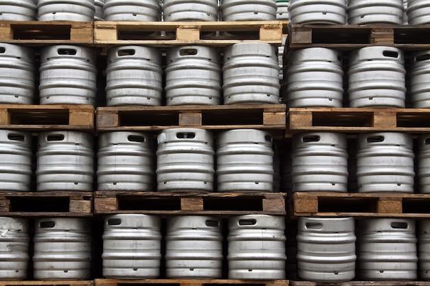定期的な行のビールのケーグ 無料写真