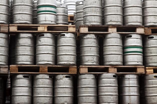 ビールの多くの金属樽 無料写真