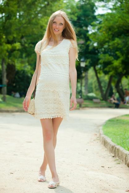 公園で歩く妊婦 無料写真