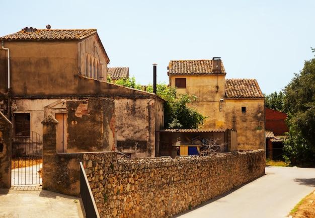 Старые живописные дома в каталонской деревне Бесплатные Фотографии