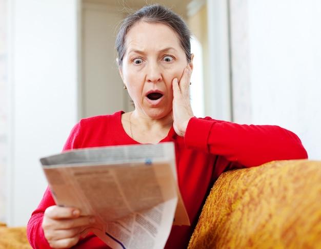 恐怖の女性と新聞 無料写真