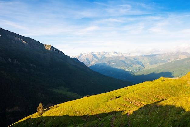 Летний вид горного луга в пиренеях Бесплатные Фотографии