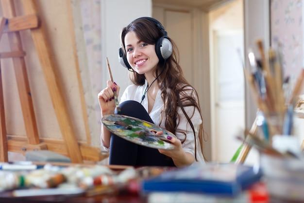 Длинношерстная женщина в наушниках красками с масляными красками Бесплатные Фотографии