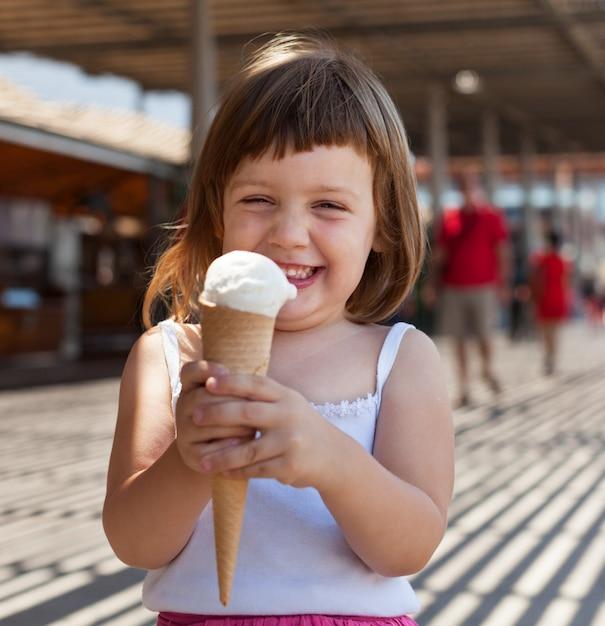 Счастливая девочка, есть мороженое Бесплатные Фотографии