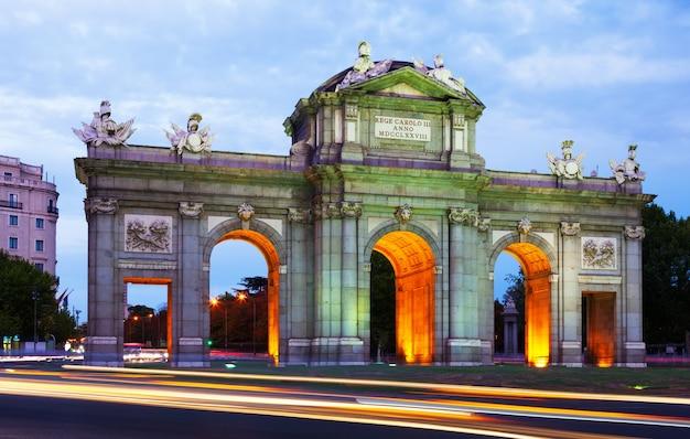 夕方にトレドの門。マドリード 無料写真