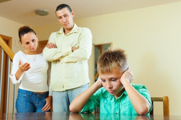 Родители ругают своего подросткового ребенка Бесплатные Фотографии