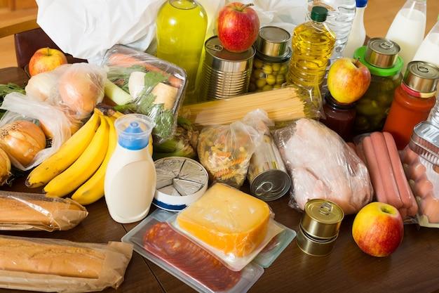 家族のための食べ物を備えたテーブルで見る 無料写真