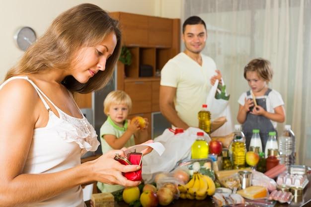 食べ物の袋を持つ貧しい家族 無料写真