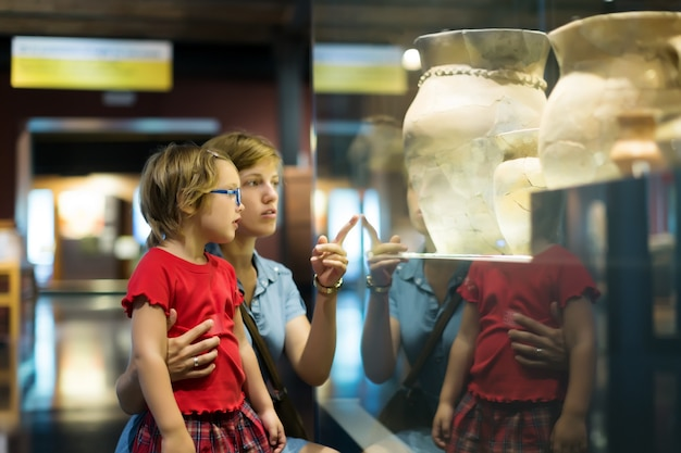 Мать и ребенок, глядя старые амфоры в музее Бесплатные Фотографии